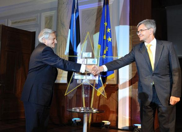 Jean-Claude Trichet Andres Lipstokile eurotähte ulatamas. Allikas: Eesti Panga muuseum