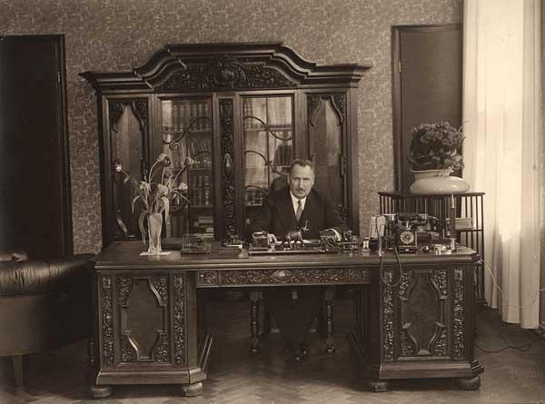 Jüri Jaakson oma kabinetis